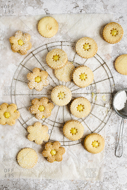 Multiple linzer cookies with powdered sugar