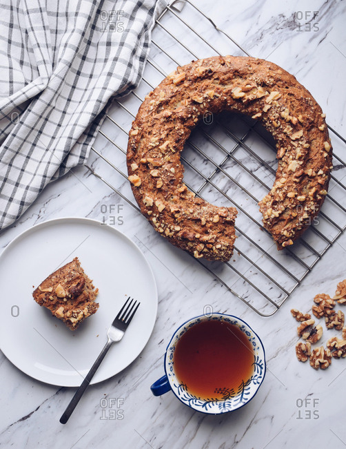 Banana and walnut cake with tea