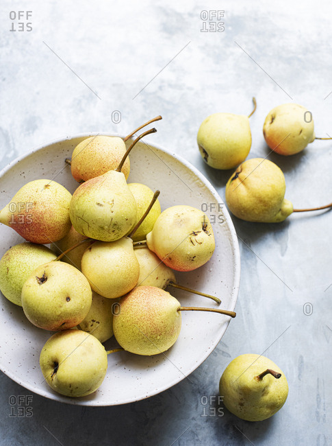 Yellow pears in a ceramic bowl