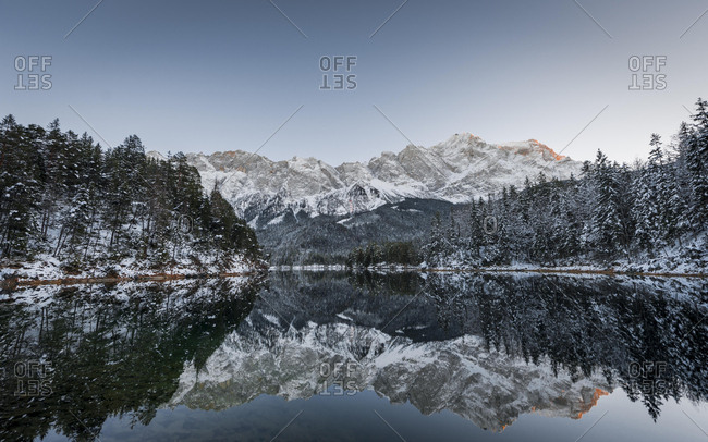 Lake Eibsee lake in winter with snow-covered Zugspitze, sunset, reflection, Wetterstein range, Upper Bavaria, Bavaria, Germany, Europe