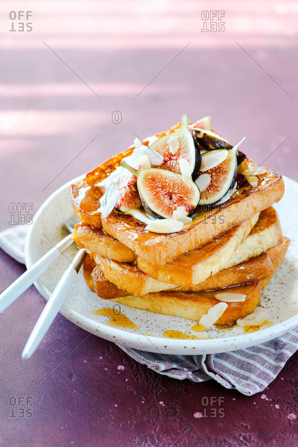 French toasts with fresh figs, almonds and honey