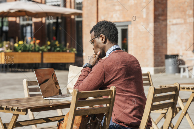 Young man using laptop in a coffee shop