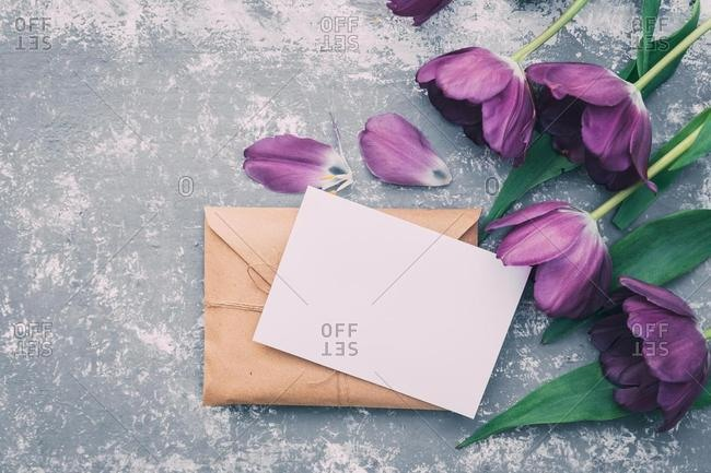 Brown envelope with a blank card and tulips