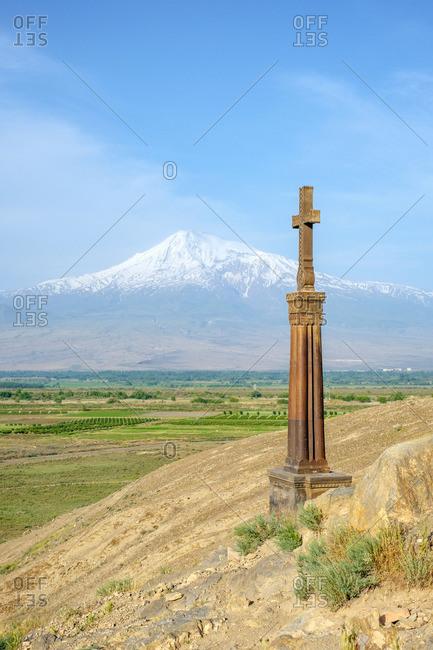 Stone cross in front of Mount Ararat at Khor Virap monastery, near Lusarat, Ararat Province, Armenia.