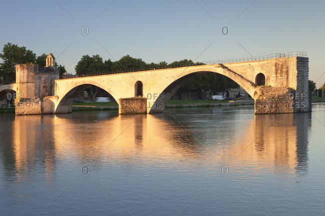 Pont saint-benezet / pont d'avignon over the rhone at sunrise, unesco world cultural heritage, avignon, provence, provence-alpes-cote d'azur, the south of france, france