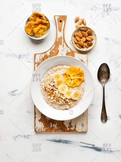 Oatmeal with sliced banana, dried pineapple and almond
