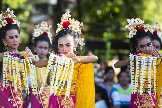 March 27, 2016: Denpasar, children with the traditional dance on the Taman Puputan square