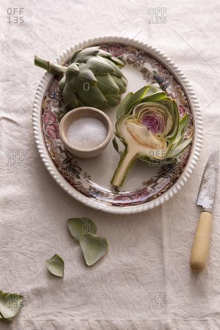 Preparing artichoke with salt