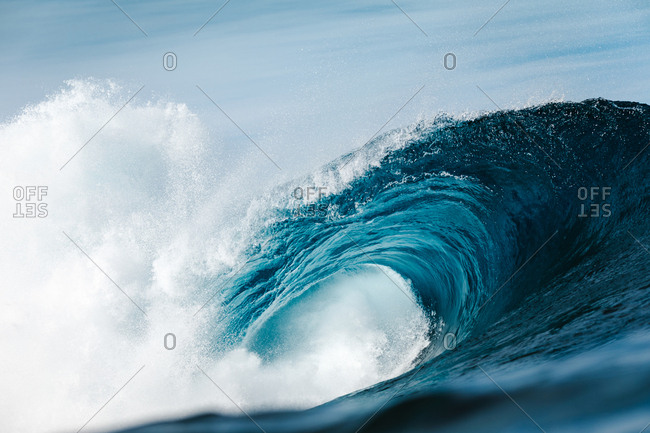 heavy wave breaking in the ocean