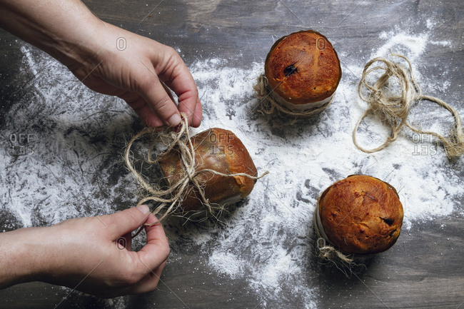 Person decorating panettone with twine