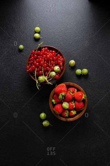 Summer berries o dark surface