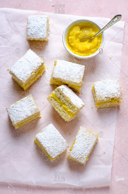 Lemon cake with lemon curd