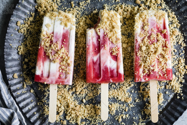 Strawberry rhubarb pie la mode popsicles have strawberry rhubarb compote layered up with luscious vanilla bean cream and crumbles of pie crust on top