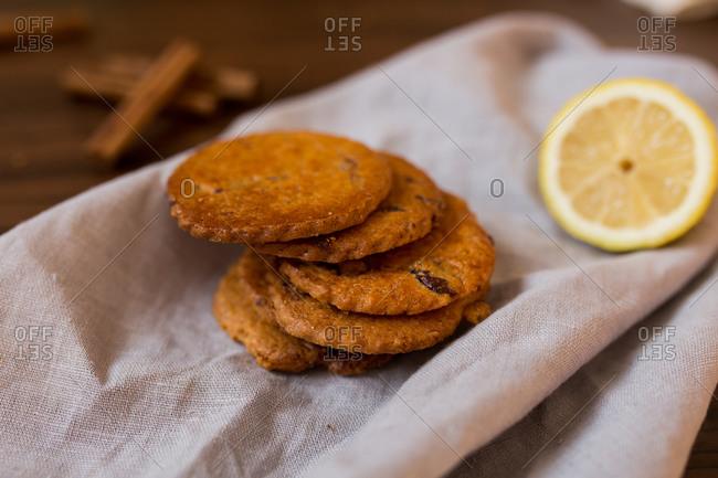 Died fruit cookies by a lemon