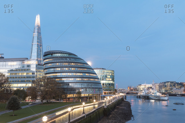 UK- England- London- Waterfront street lights in front of City Hall at dawn