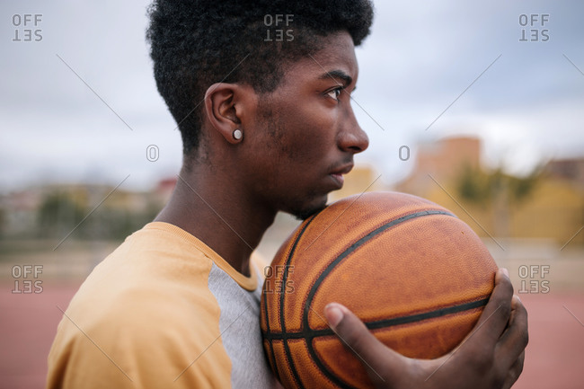 Teenager hodling basketball