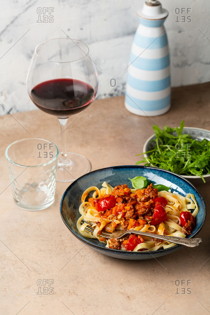 Pasta with minced meat and roasted tomatoes and wine