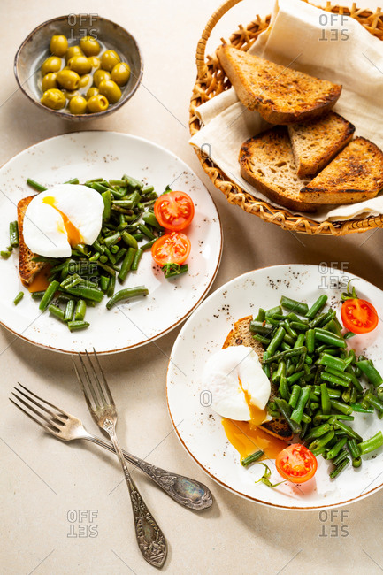 Poached eggs and green beans on toast