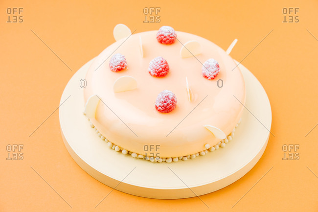 Delectable cake with raspberries and white chocolate