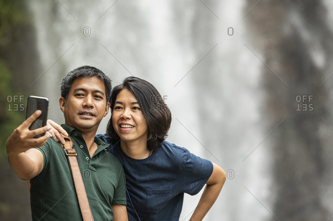 couple are taking a selfie on their smart phone at Ramboda Waterfall