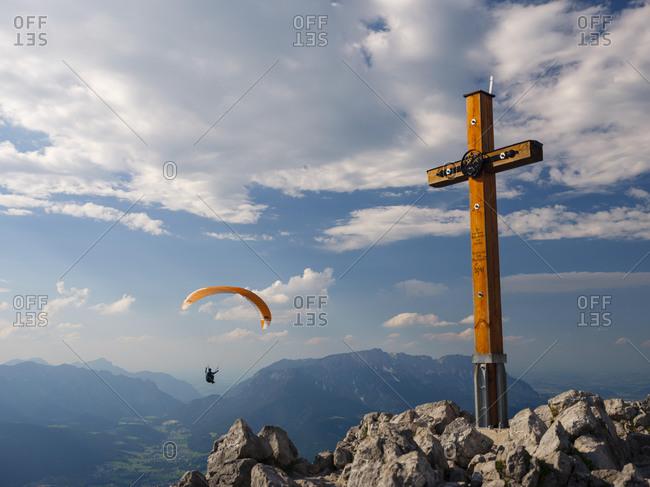 Paraglider, summit cross, Jenner, 1874m, Untersberg at the back, Berchtesgaden National Park, Berchtesgaden Alps, Schˆnau am Kˆnigssee, Berchtesgadener Land, Upper Bavaria, Bavaria, Germany, Europe