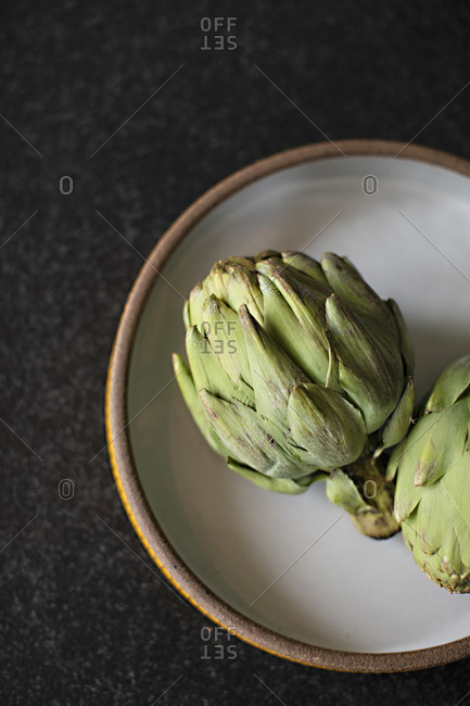 Artichokes on a plate - Offset