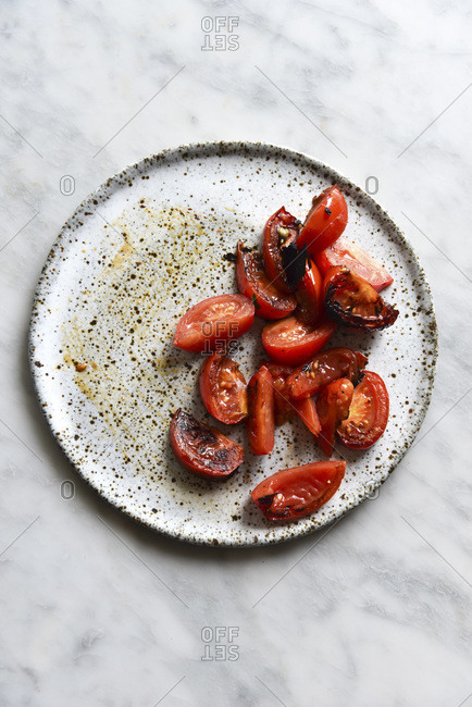 Roasted tomatoes on a ceramic plate
