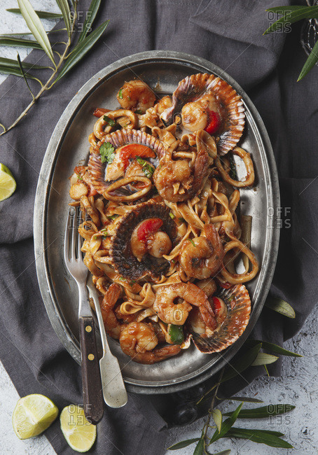 Pasta with ostions, shrimps and squids