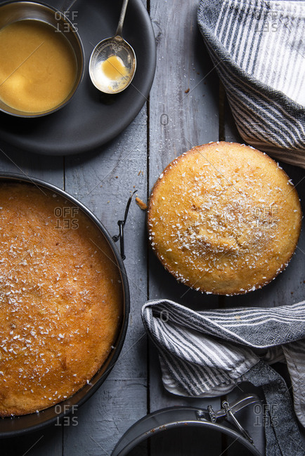 Overview upside down cakes out of the oven in springform pan