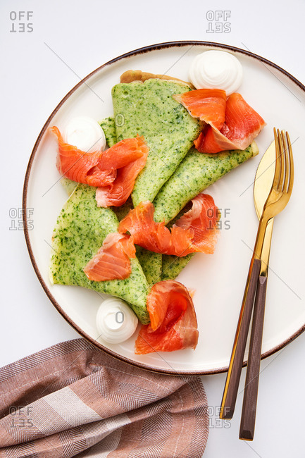 Spinach crepes with smoked salmon and cream cheese
