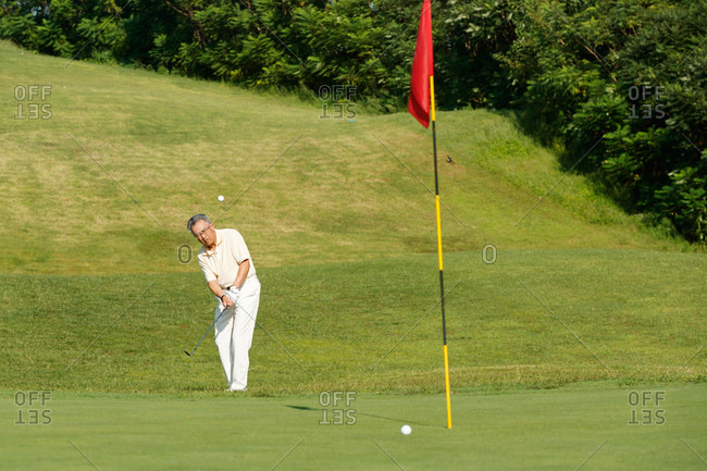 The elderly in the golf course to play golf