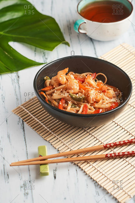 wok noodles with shrimp and bell pepper for lunch at home