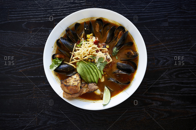 Mussels in broth with avocado and bread