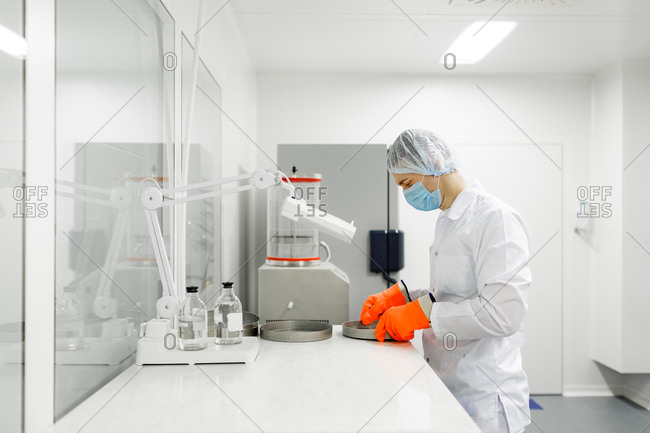 Scientists work in the laboratory. Remove the biomaterial from the freezer.