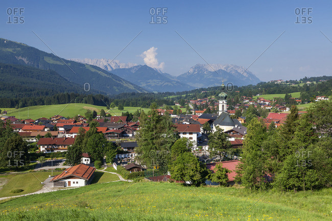 View of Reit im Winkl with the parish church of Sankt Pankratius behind it the Wilder and Zahmer Kaiser, Chiemgau Alps, Chiemgau, Upper Bavaria, Bavaria, southern Germany, Germany, Europe