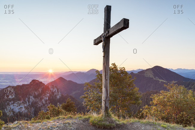 Sunrise at the summit cross of the Sulten behind it the Chiemgau Alps with the Gedererwand and Hochplatte, Chiemgau, Upper Bavaria, Bavaria, southern Germany, Germany, Europe