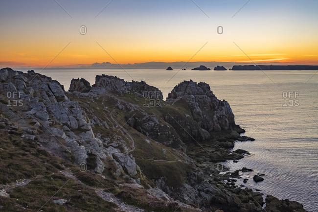 Pointe de Dinan on the Presqu'ile de Crozon at sunset, Parc naturel regional d'Armorique, Crozon, Brittany, France