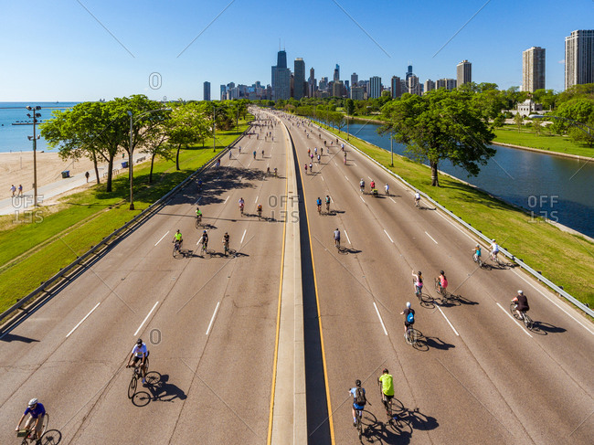 Aerial view of cyclists enjoying the day at close avenue, Chicago, United States.