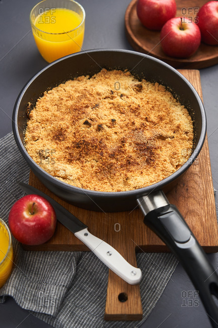 Apple crumble in a skillet