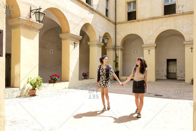 Friends sightseeing, Cite della Pieve, Umbria, Italy