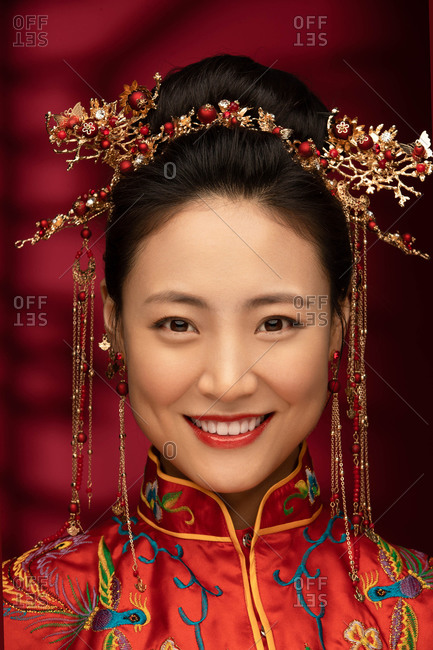 A beautiful Chinese bride features