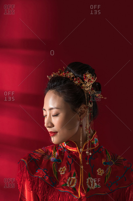 The beautiful Chinese bride enjoy with his eyes closed