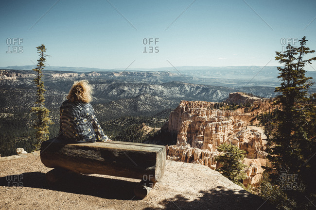 Woman observe Bryce Canyon arch from Paria View