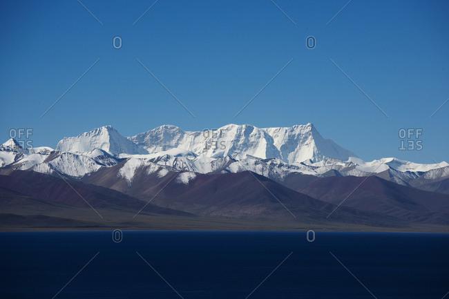 7000 m high peaks at lake Namtso in Tibet