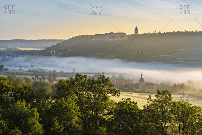 View of Freyburg with Neuenburg Castle, in front the church of Nismitz, morning fog in the Unstrut valley, Freyburg (Unstrut), Saxony-Anhalt, Germany