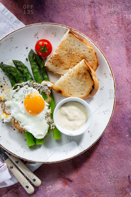 Asparagus with fried egg and toast