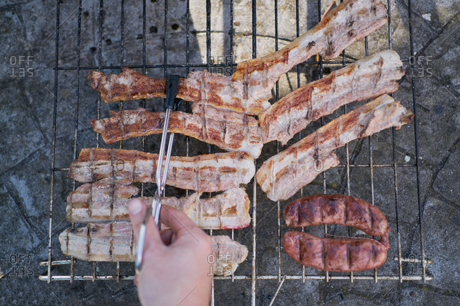 Preparation of barbecue on bacon and sausage grill