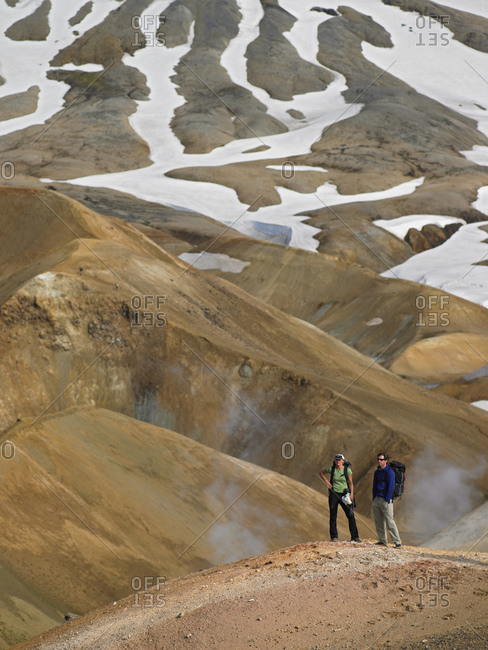 Couple hiking in the Icelandic highlands