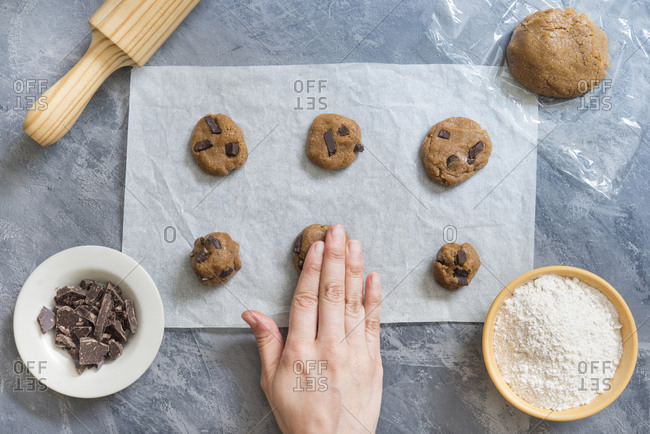 Making chocolate cookies at home