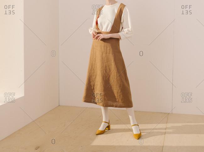 Model wearing a wrinkled brown dress